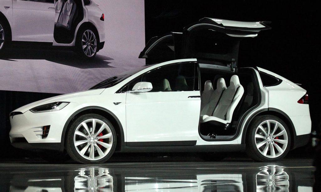Tesla X branco com as portas abertas