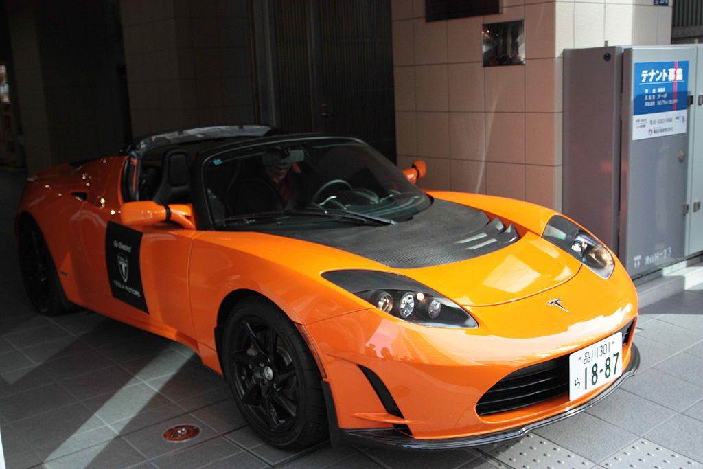 Tesla roadster laranja