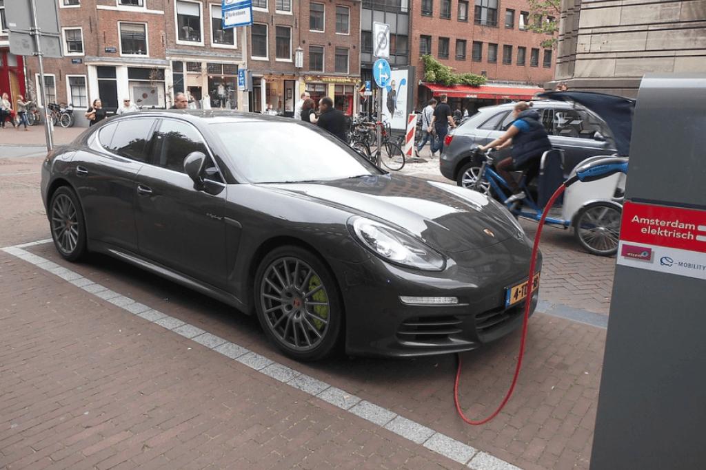 Porsche na tomada
