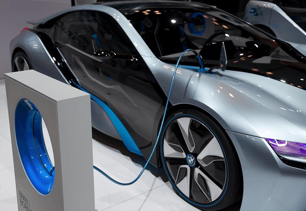 Eletrico BMW carregando