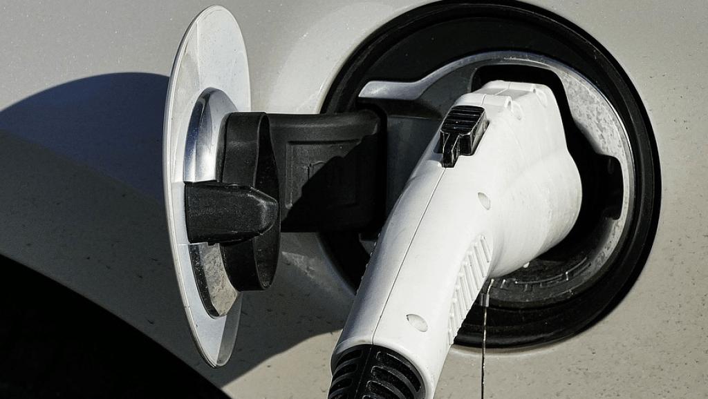 carro elétrico plug carregando
