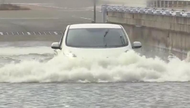 carro elétrico submerso na água
