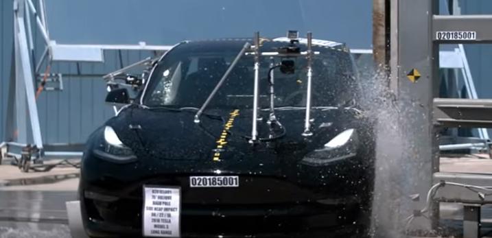 Teste de colisão lateral com objeto carro Tesla