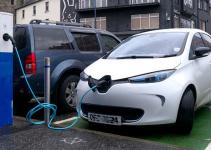 Zoe tem 300 km de autonomia - Carregador de carro elétrico