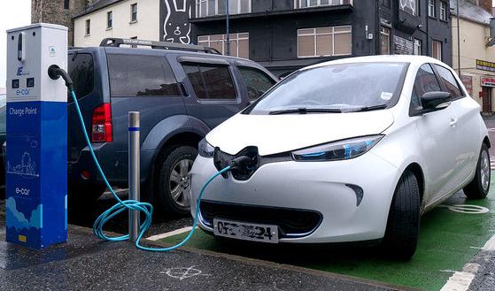 Zoe tem 300 km de autonomia - Carregador de carro elétrico C-MOVE