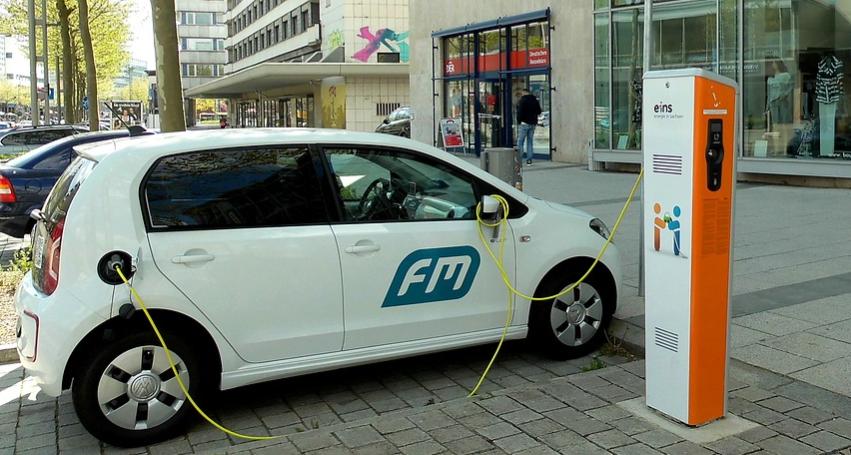Carregador de carro elétrico - carro carregando