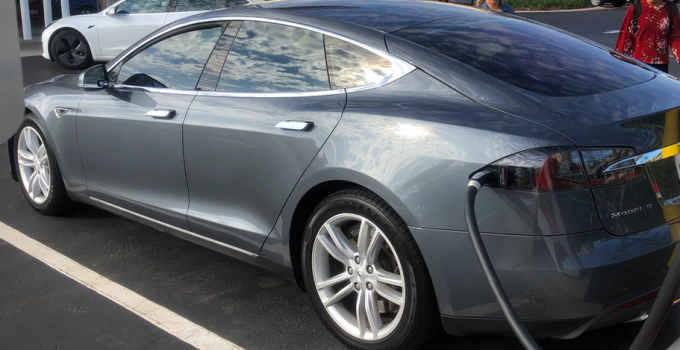 Tesla Model S carregando