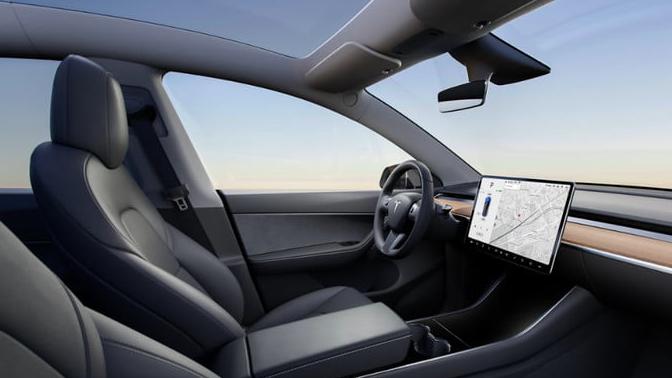 Tesla Model Y mantém visual clean por dentro