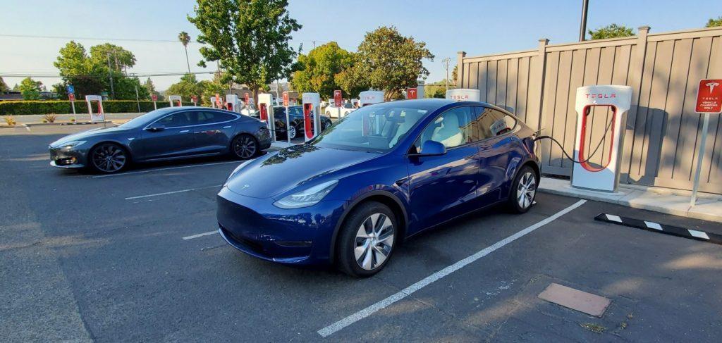 Model Y Recarregando em estação da Tesla.
