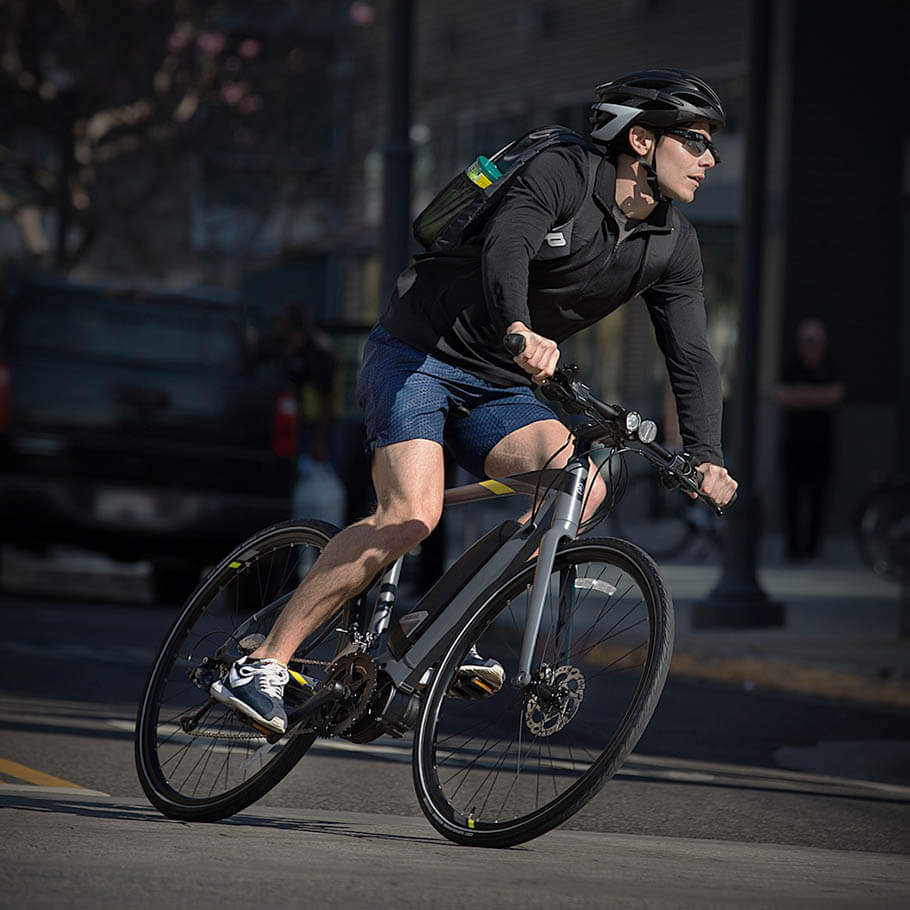 Bicicleta elétrica Fitness/Lifestyle andando na rua