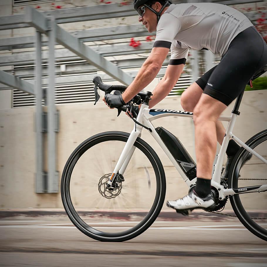 Bicicleta elétrica Yamaha: Linha Road civante andando