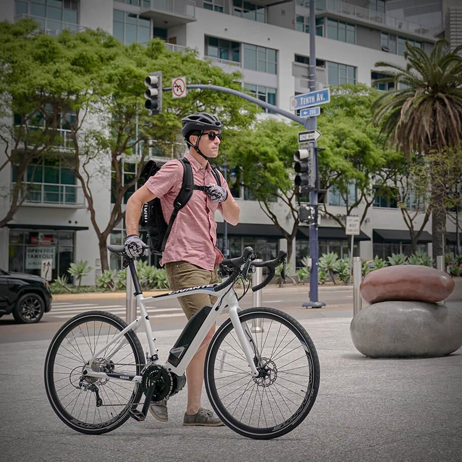 Bicicleta elétrica Yamaha: Linha Road civante homem ao lado